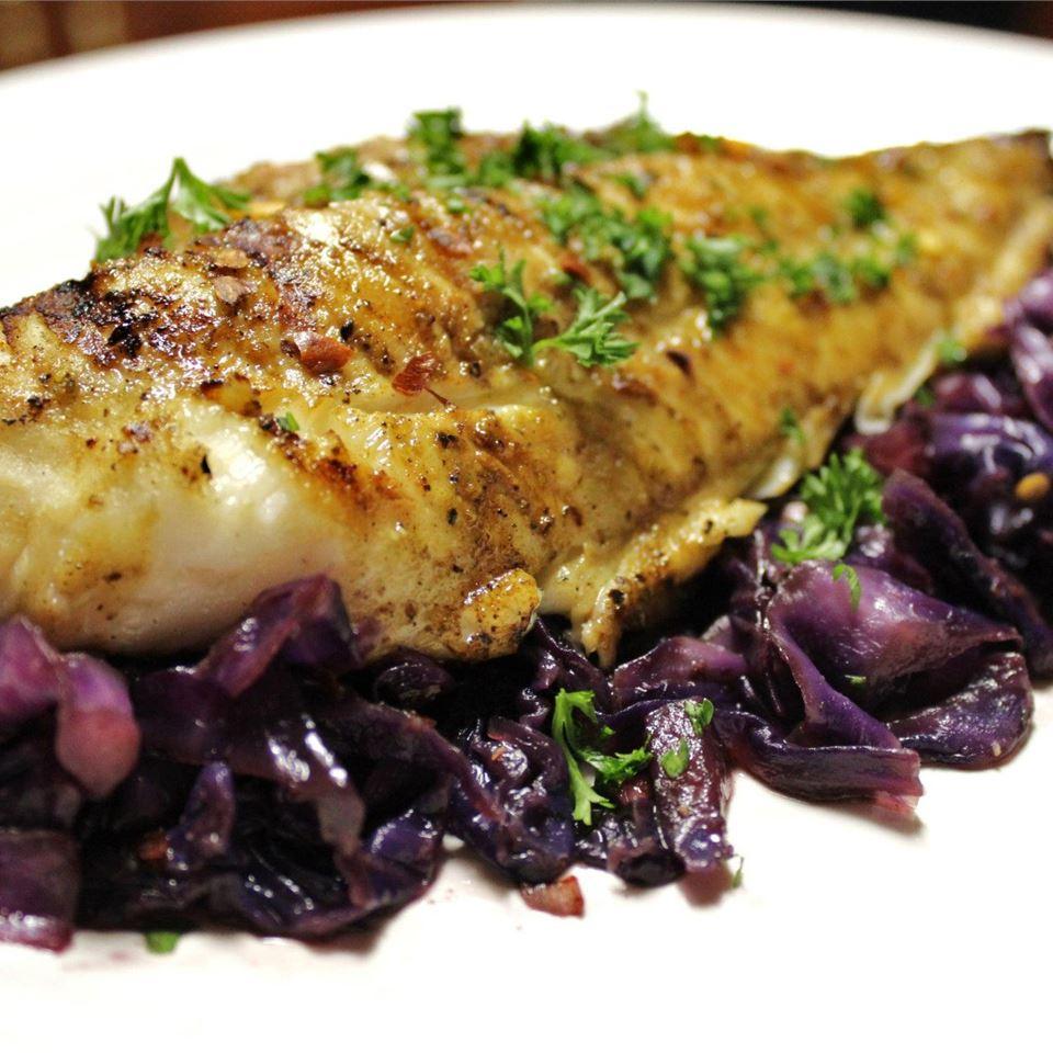 پخت ماهی با چاشنی سیر و روغن زیتون و سبزیجات