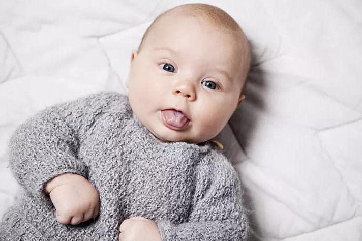علت بیرون آوردن زبان نوزاد